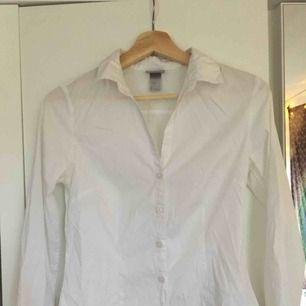 Vringad figursydd vit skjorta. Sparsamt använd! Säljer pga förliten!Fraktar genom postnord! Skickar pristabeller. Endast seriösa köpare! Kan även mötas upp