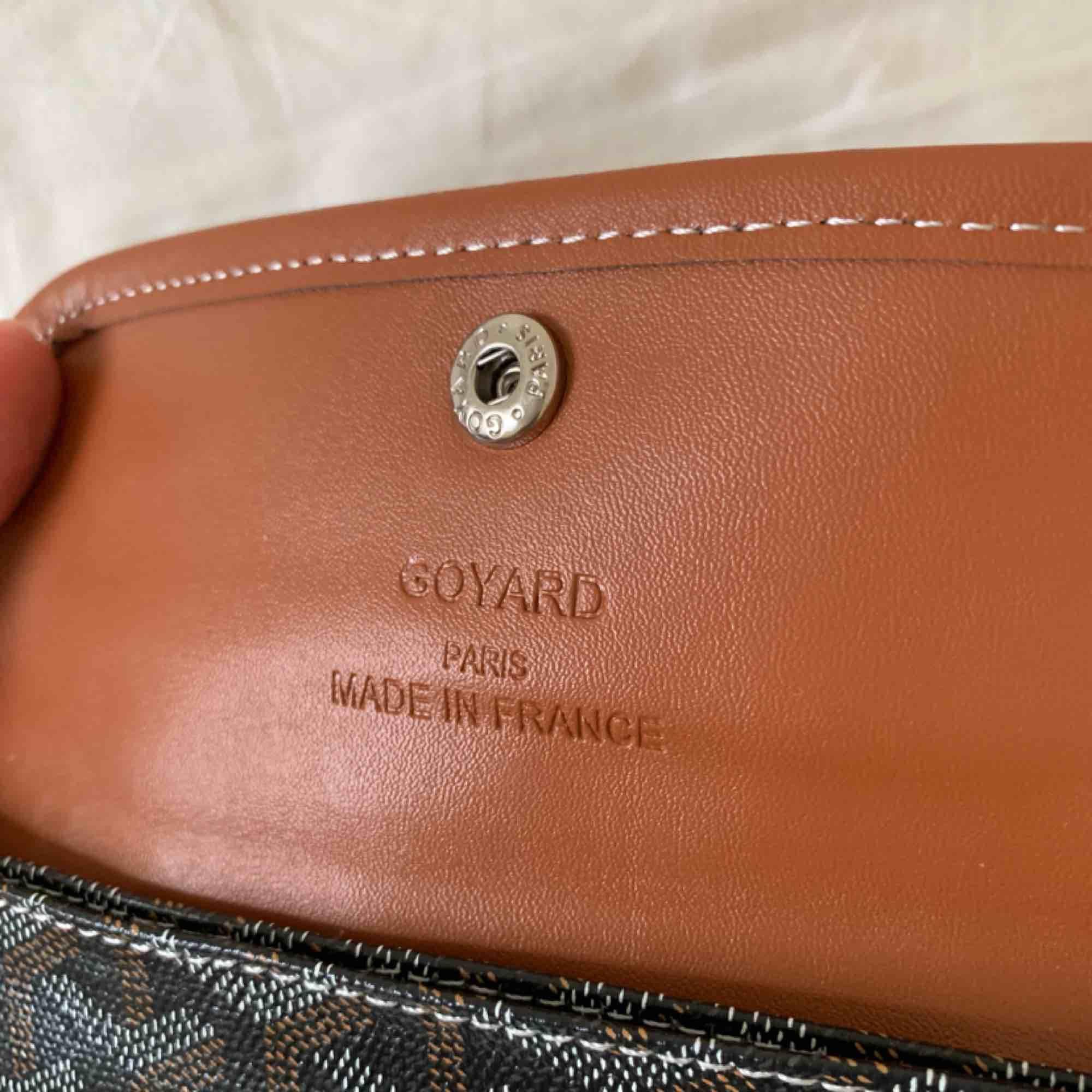 Goyard-plånbok! Kan användas för allt! Passar även ett pass t.ex! . Accessoarer.