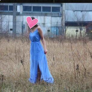 Havsblå långklänning med slits.använd på balen o vid fotograferingen på bilderna! Klänningen är hel o ren efter fotograferingen i gräset såklart! Fraktar genom postnord! Skickar pristabeller. Endast seriösa köpare! Kan även mötas upp