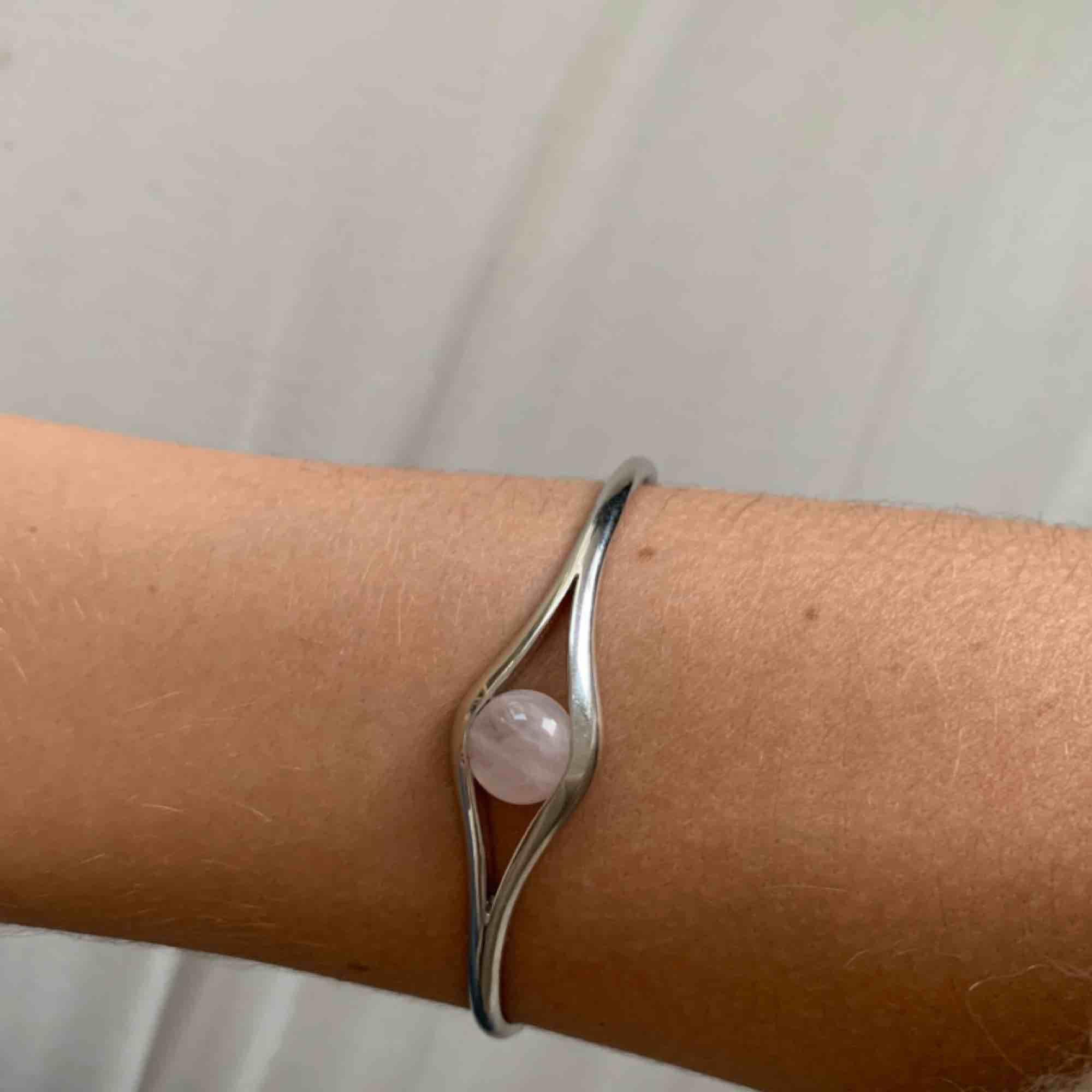 Superfint armband i silver! Fått i studentpresent, använder aldrig tyvärr :(. Accessoarer.