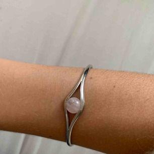 Superfint armband i silver! Fått i studentpresent, använder aldrig tyvärr :(
