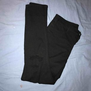 Svarta högmidjade jeans med slitningar på knäna. Är strl 44 men små i storleken så passar en 40 bäst! Nypris 299kr Frakt tillkommer