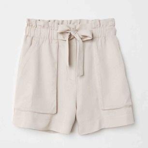 Populära shorts med knytning från Hm. Stl 36. I mycket fint skick, tvättade en gång så lite skrynkligare än bilden😅. Frakt ingår i priset.