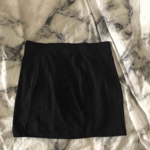 Svart tight kjol (kan användas som slapp tubtopp oxå)