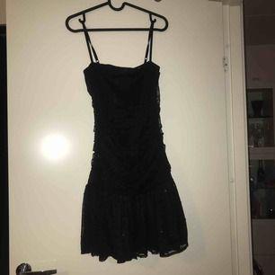 En svart, glittrig, festlig klänning från ginatricot i storlek S. Aldrig använd så i bra skick. Frakt tillkommer eller så kan jag mötas i Stockholm.