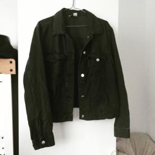 Svart jeans jacka från HM. Använd fåtal gånger! 200kr + frakt