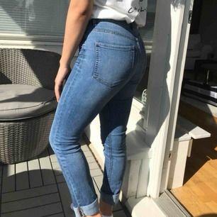 Köpte dessa jeans för ca ett år sen. Passform: Midrise. Storlek: 25/34. Passar personligen mig som har storlek 36. Modell: Straight Sarah.
