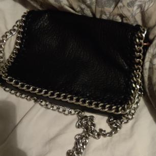 Säljer min tiamo (scorett) väska då jag har tröttnat på den, den är i fint skick enda som är slitet ser du på bild 3 (+ frakt)
