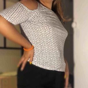 Mönstrad tröja från Gina tricot ✨ Köparen står för frakt, annars möts jag upp :)   Har du några frågor är det bara att fråga✨