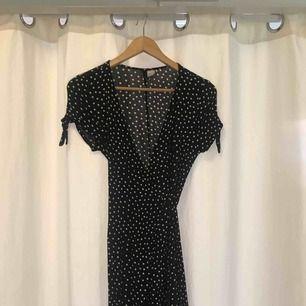 Superfin sommarklänning från H&M dividend! Wrap-klänning med slits och fina ärmdetaljer.  Storlek 36, fint skick.   Kan skickas mot frakt 😊