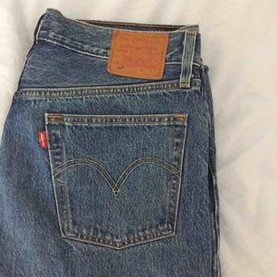 Nya Levi's-jeans modell 501. Säljer pga använder inte. Se benlängd på sista bilden, jag är 179 cm lång. Jättesnygga, mom fit. Skulle säga att de passar en strl 40 ungefär! Pm för fler bilder.