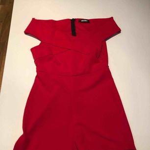 Röd offshoulder shortsdress från Missguided. Använd endast en gång och är i nyskick. Hämtas i Malmö eller skickas mot frakt.