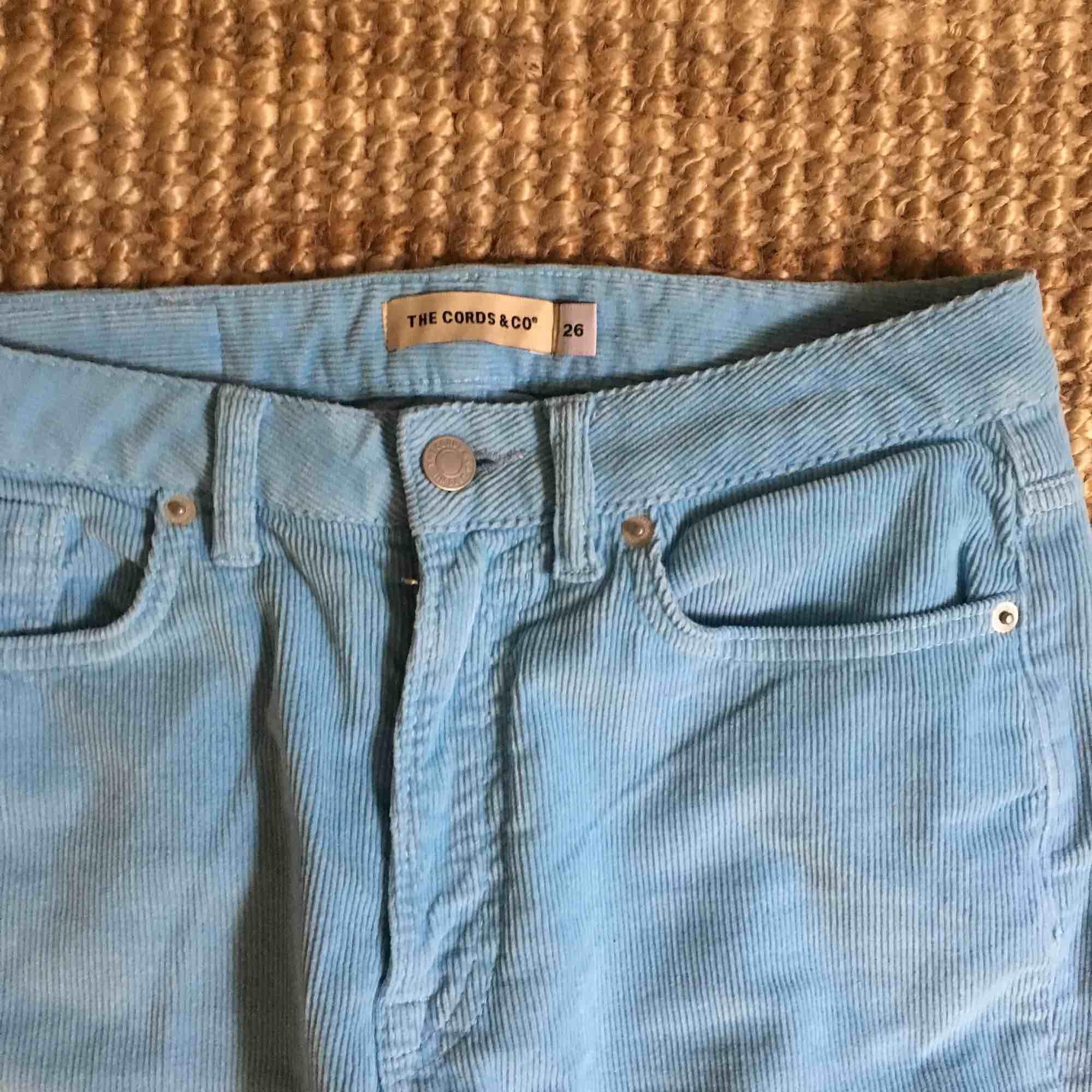 Säljer ett par turkosblåa manchesterbyxor från The Cords & Co. Har inte kommit till användning pga lite för tighta på mig. De är stl 26 i midjan (XS-S) men är i ett väldigt stretchigt material. Köparen står för frakt🦋. Jeans & Byxor.