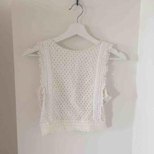 Kort vitt linne från H&M i bra skick! Köpare står för frakt men det går bra att mötas upp i Lund!