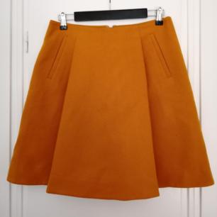 En väldigt älskad kjol som tyvärr är för stor och som därför knappt har använts. Hoppas därför att den kan hitta ett nytt hem ✨  Kjolen är i ylle och i jättefint skick  Det står storlek 38 i den, men den funkar nog egentligen bättre för någon med storlek 40  (fickorna är fake)