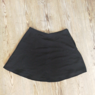 Kjol med diskret dragkedja på ena sidan. Betalas med swish (+frakt)