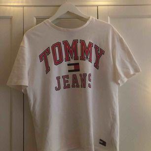 En äkta Tommy jeans t-shirt som är näst intill oanvänd. Nypris 400kr. Den är i storlek M och är därför för stor för mig. Modellen heter 90s capsule logo t-shirt. Köparen står för frakt! Tar swish <3 xoxo