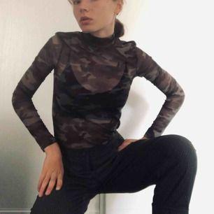 Mesh_tröja med polokrage och militärmönster. Köpt i London men använd för lite, nån annan kan ha mer nytta av den!