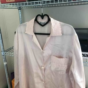 Rosa siden (pyjamas)skjorta! Köpt secondhand, liten fläck som säkert går att tvätta bort (se bild 3)