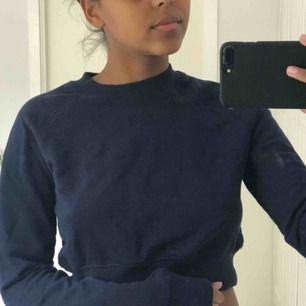 Jättefin mjuk marinblå tröja från weekday, använd fåtal gånger, frakt inkluderad i priset✨✨