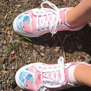 intressekoll!! handmålade skor av mig. kontakta för fler bilder eller info!! kan måla beställningar:)💕💓🌸