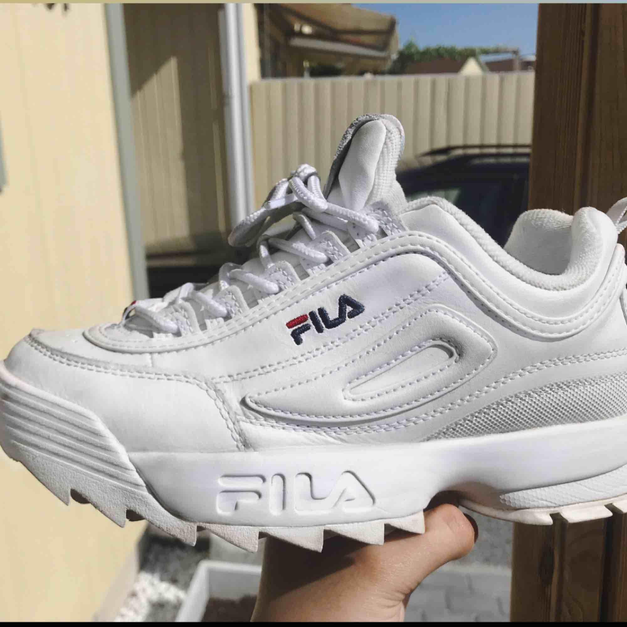 Sparsamt använda sneakers från FILA i modellen Disruptor II i storlek 38.5. Fint skick, kommer även att rengöras innan jag skickar de!   🦋frakt ingår!🦋. Skor.