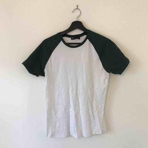 Vit / grön baseball t-shirt från Bershka