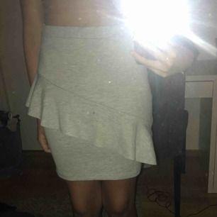 En grå kjol som aldrig är använd, bara testad. Sitter bäst i midjan om man har skärp. Frakt tillkommer eller så kan jag mötas i Stockholm.
