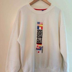 Jättefin Adidas sweatshirt om är sparsamt använd. Storleken är S men är kanske mer som en M. Gillar den supermycket, men den kommer tyvärr inte till användning för mig. Frakt tillkommer!