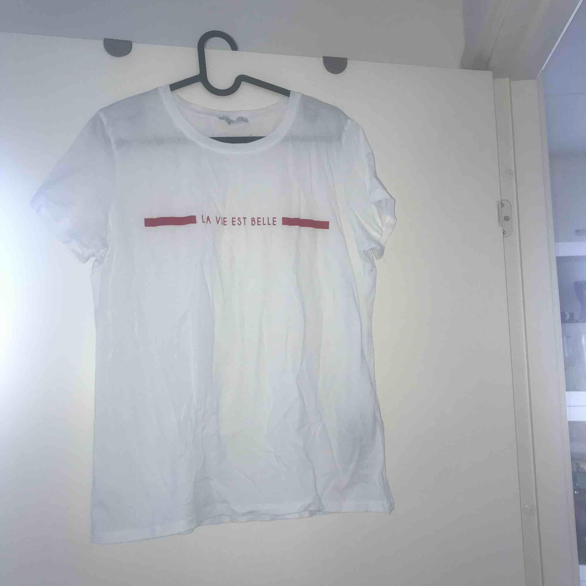 En vit tshirt med text från new yorker i storlek xxl men skulle säga att den mer sitter som M. Knappt använd och i bra skick. Frakt tillkommer eller så kan jag mötas i Stockholm. . T-shirts.