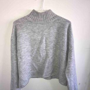 Jättemjuk stickad tröja som är ganska stor i storleken, passar bättre för S/M. Nypris 300kr. Du står för frakten