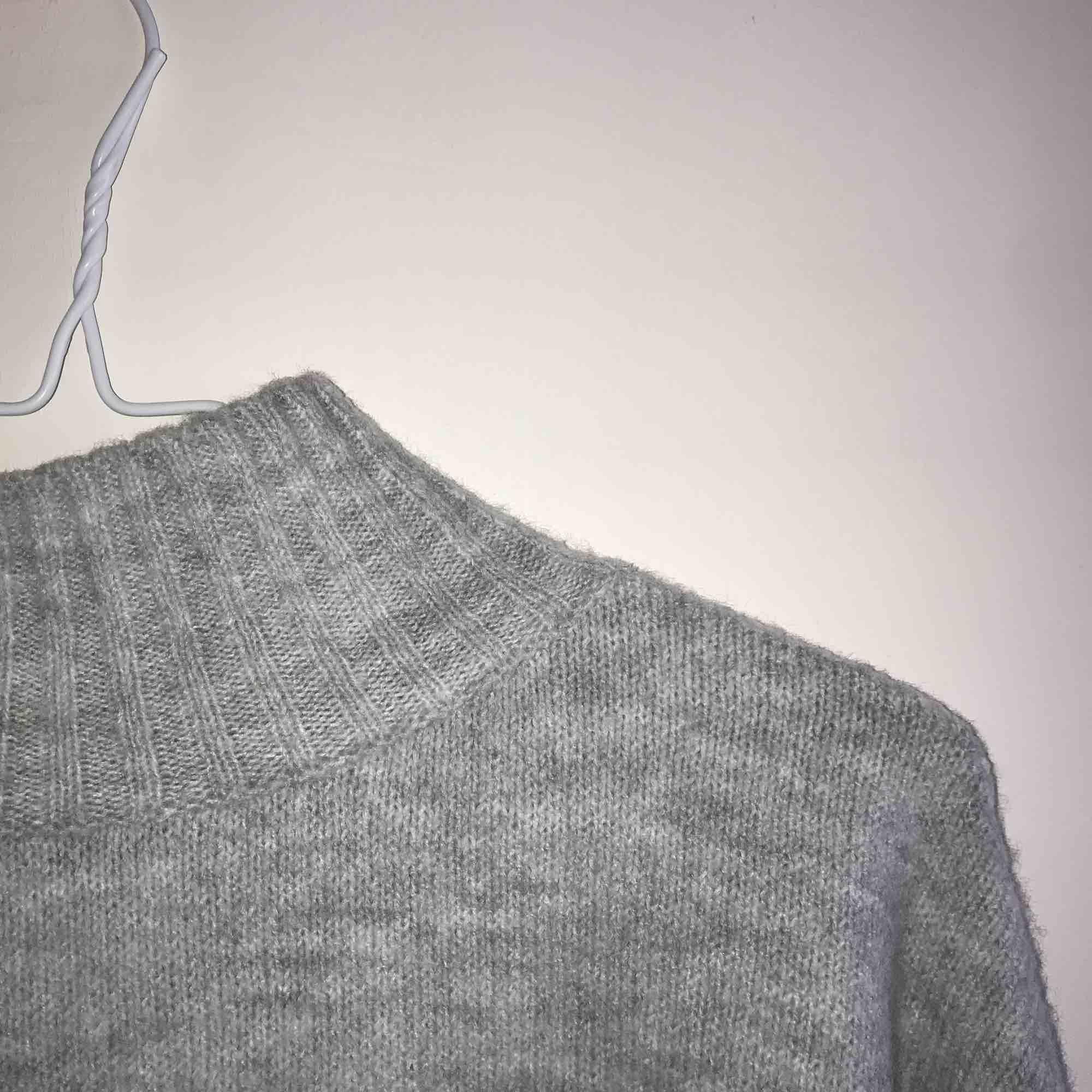 Jättemjuk stickad tröja som är ganska stor i storleken, passar bättre för S/M. Nypris 300kr. Du står för frakten. Tröjor & Koftor.