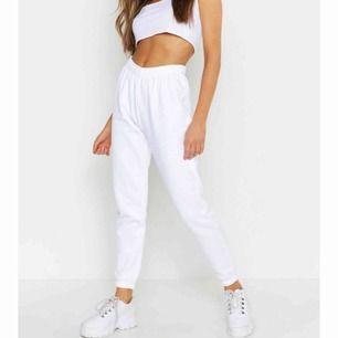 Vita sweatpants från boohoo, aldrig använda. Säljer pga de satt inte som jag ville och vet ej hur man skickar tillbaka hahah. Hör av dig! <3