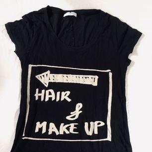 T-shirt med tryck från Zara i stl 36. Använd men fint skick. Frakt tillkommer.