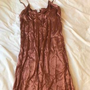 Fin brons färgad klänning med slits på sidan  Stl 38  Jätte mjukt och lent material