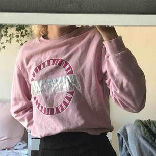 Jättesnygg sweatshirt från HM, har använts kanske 3 gånger. Nypris 299. Du står för frakten