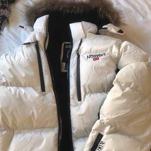 Oanvänd vinterjacka med äkta päls  Polyester inåt & utvändigt  Stl L