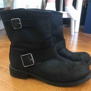 Skor från dasia i äkta läder och helt felfria  Nyligen ditsatta bra och nya klackar i hälen  Stl 41