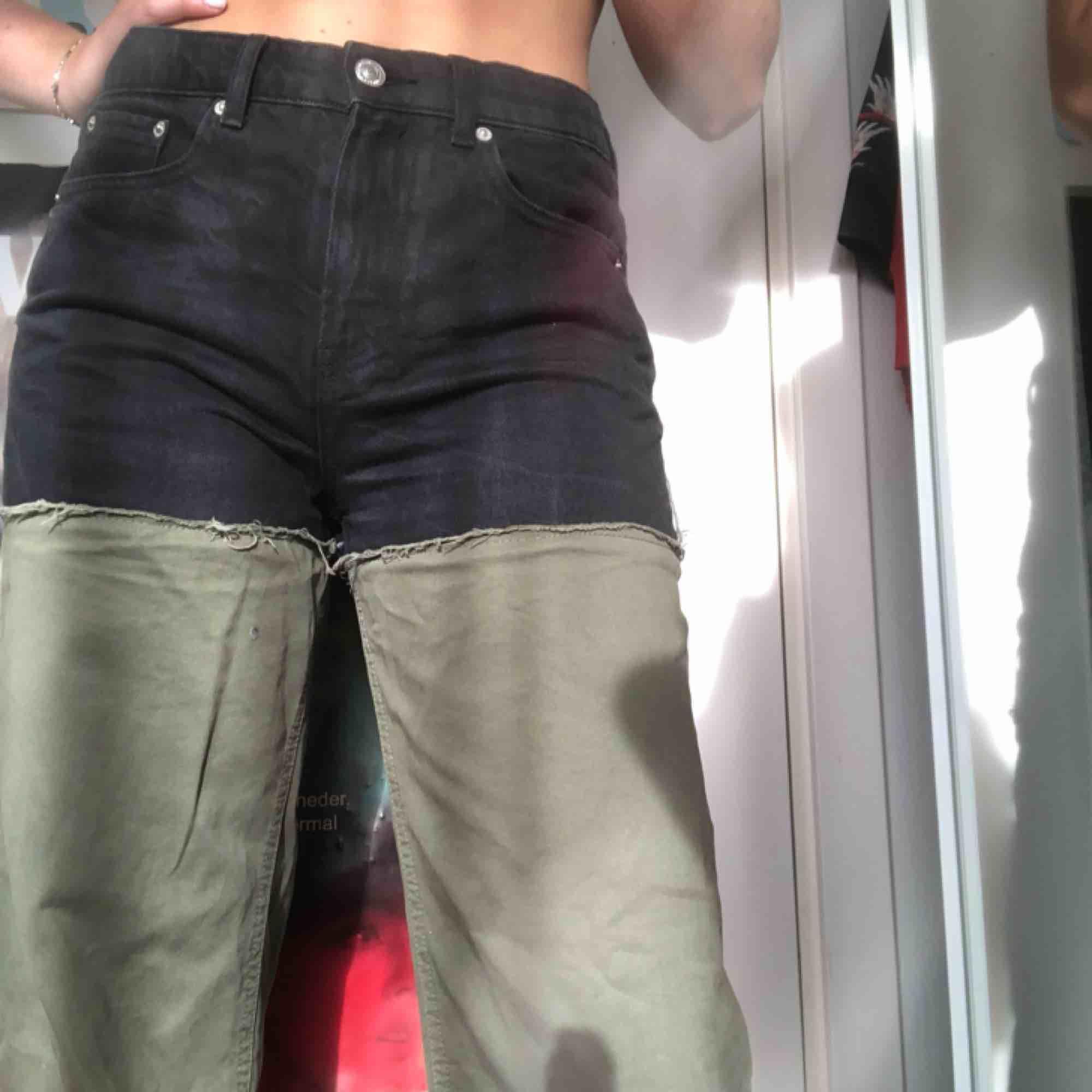 Ett par jeans från zara med kontrasterande färger. Sköna jeans men en croppad nederdel. Säljs pga att de ej kommer till användning. 💐. Jeans & Byxor.