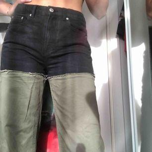 Ett par jeans från zara med kontrasterande färger. Sköna jeans men en croppad nederdel. Säljs pga att de ej kommer till användning. 💐