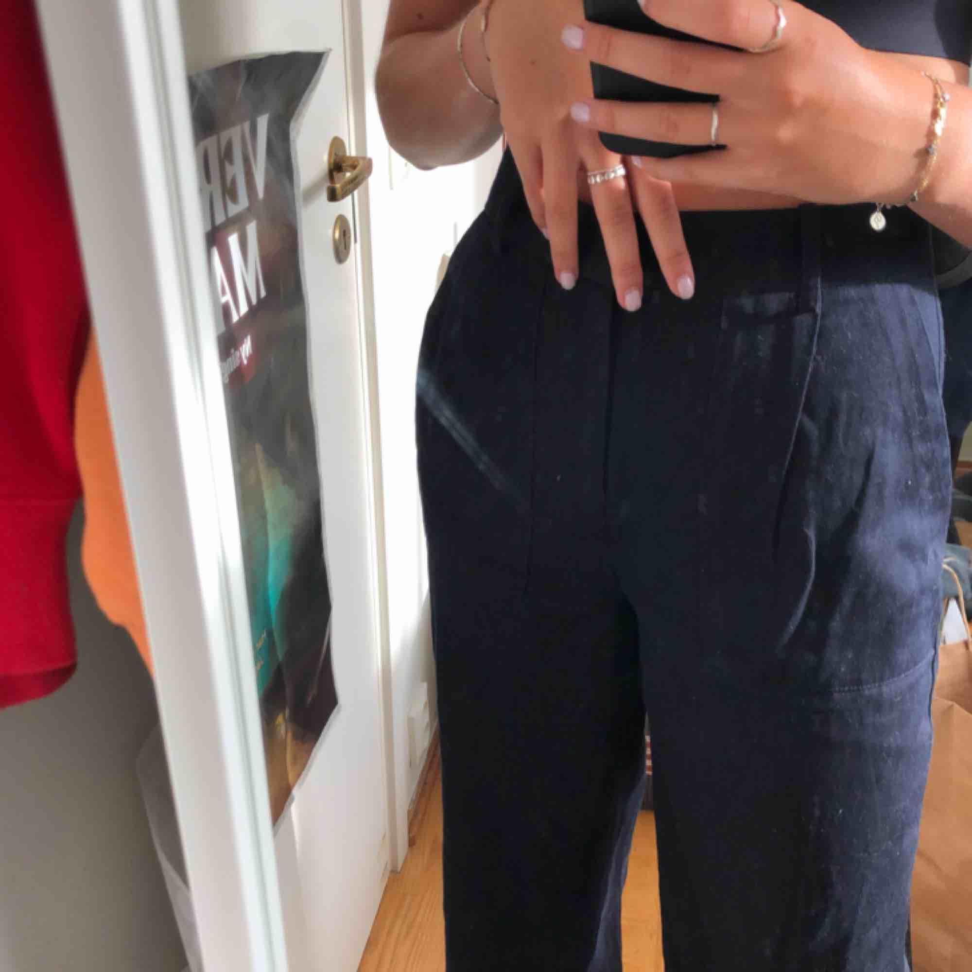 Kostymbyxor från zara, marinblåa med brun detalj nedtill. Fin passform med coola fickor! Säljer pga att det ej kommer till användning. Jeans & Byxor.