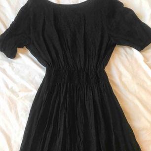 Fin svart klänning, tajtare runt midjan och knapp i nacken  För leopard mönster  Stl 40