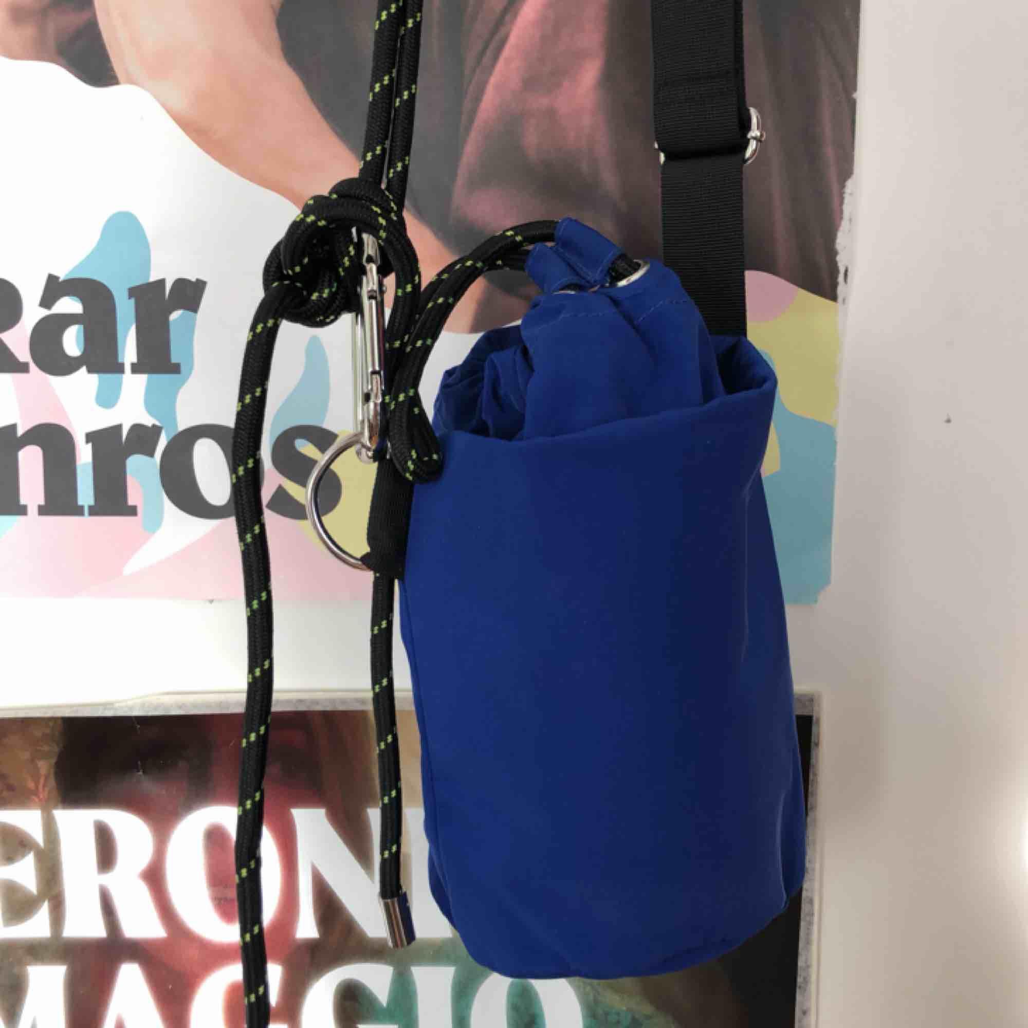 """Väska från weekday, en modell i form av en """"hink"""". Cool väska i en kornblå färg med straps och häftiga detaljer. . Väskor."""