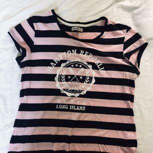T-shirt från Kappahl i stl S. Använd men fint skick. Frakt tillkommer.