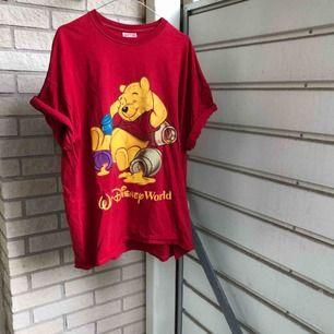 Mys på alla sätt!! Storleken syns inte men tippar på XL. Snygg som t-shirtklänning och som vanlig tisha! 🍯 Frakt tillkommer