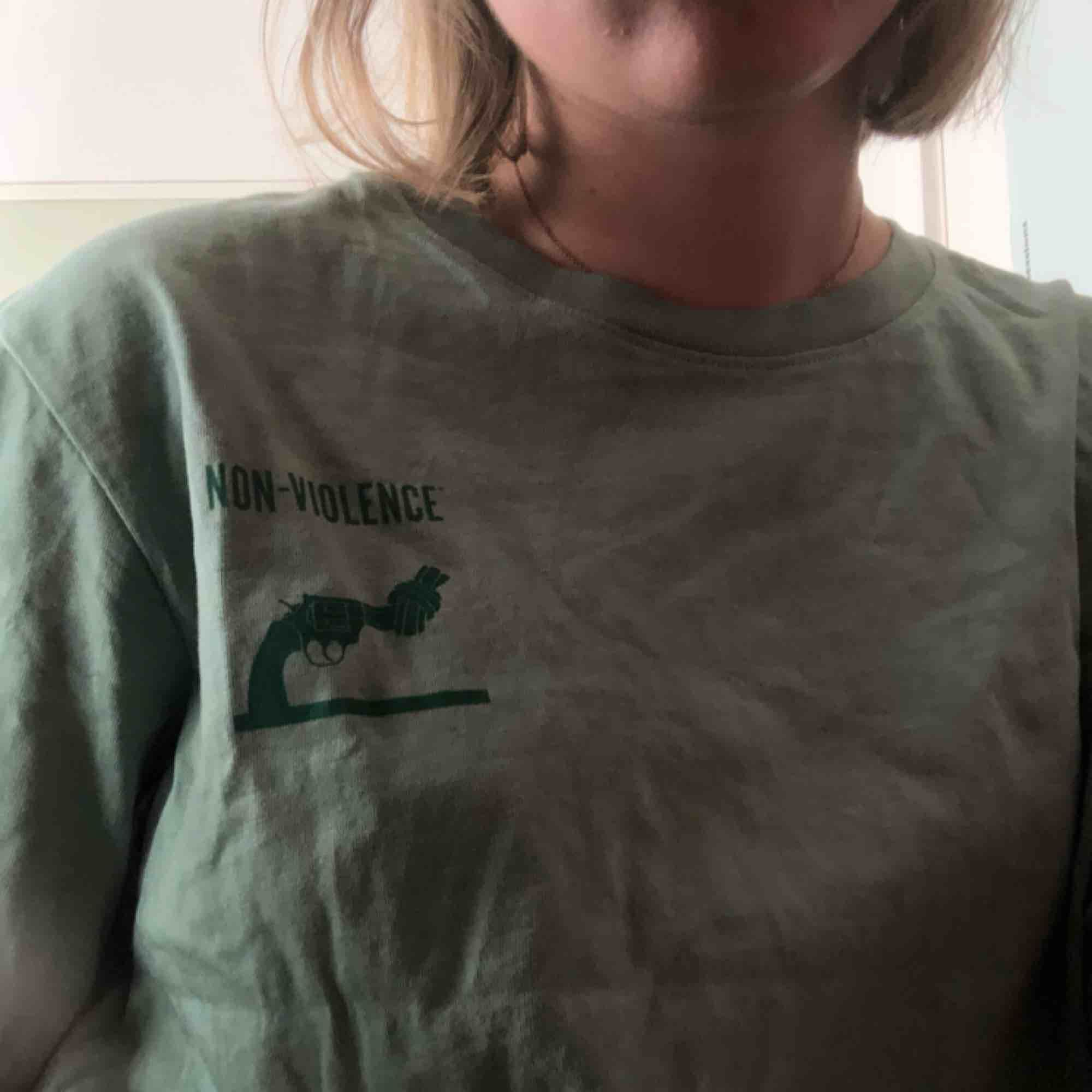 """T-shirt från Weekday och kollektionen """"non-violence"""" Fint skick!. T-shirts."""