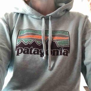Patagonia hoodie med en lite annorlunda design. Fins skick använd 1 gång, säljer pga för liten för mig