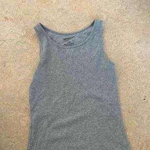 Ett ribbat linne från Arizona i som känns som en stl S men är väldigt stretchig så den kan nå upp till L