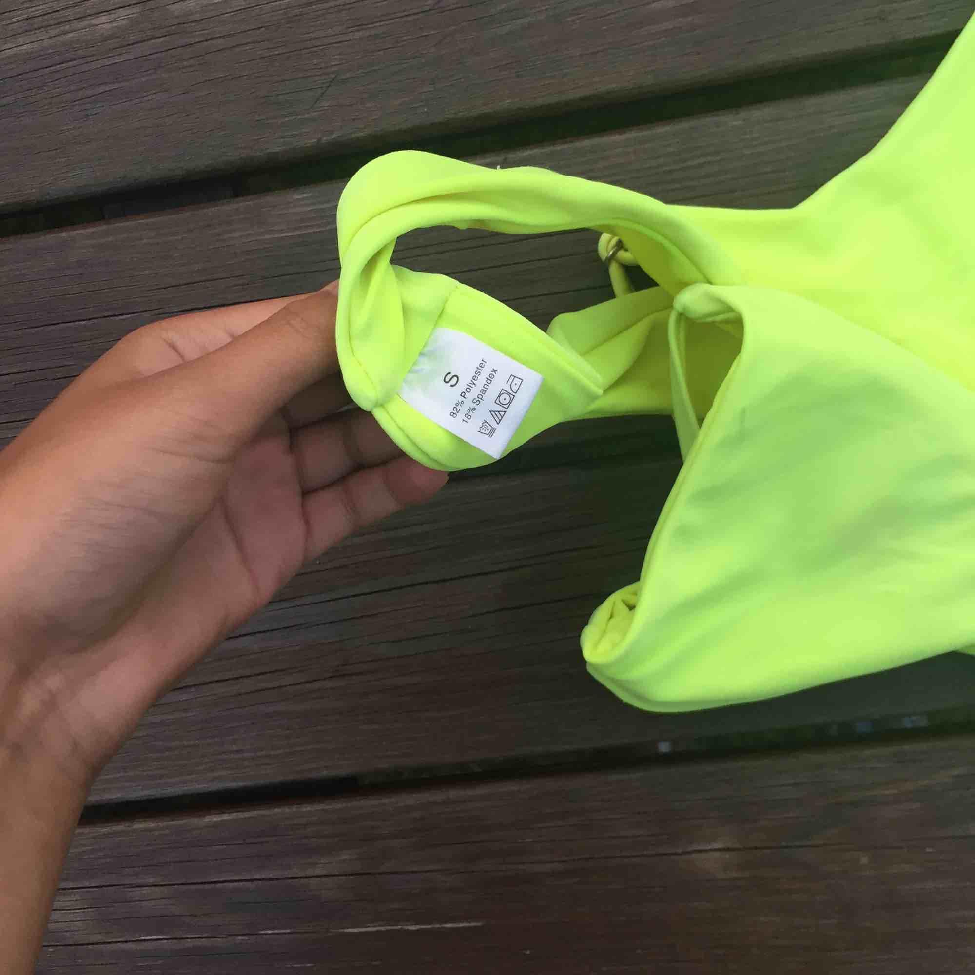 Neon bikini som framhäver brännan jättefint. Använd endast denna sommar och säljer pga att jag tröttnat på den:) frakt är inräknat. Övrigt.