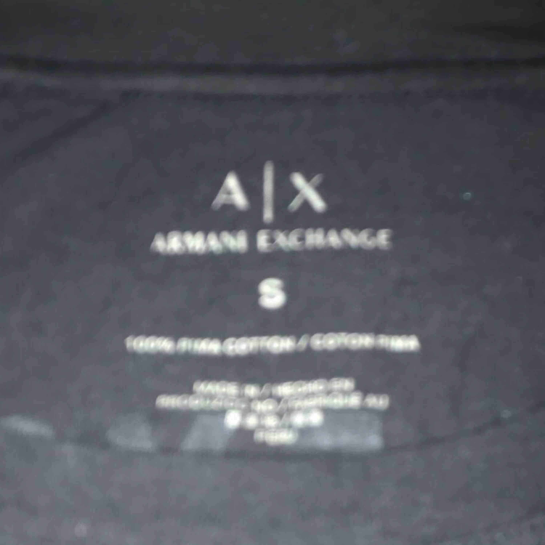 """Äkta Armani exchange """"tröja"""". Tröjan är som en långärmad T-shirt även fast den är kort i ärmarna . I nyskick då jag endast använt tröjan 2 ggr. Den har sedan legat i min garderob. Skriv om ni undrar över något mer💕 Nypris: 899kr. T-shirts."""